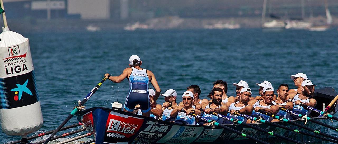 "La trainera ""Mar do Con"" de Tirán, en la regata de su tanda en Getxo.    // AITOR ARRIZABALAGA/EUSKO LABEL LIGA"
