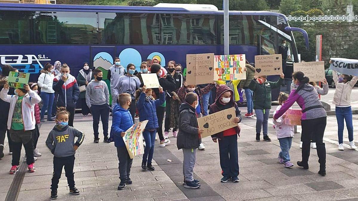 Escolares y padres, ayer, antes de coger el autobús que los desplazó a Oviedo.