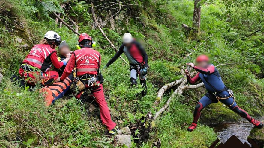 Rescatan en helicóptero a un hombre herido mientras practicaba barranquismo en Ponga