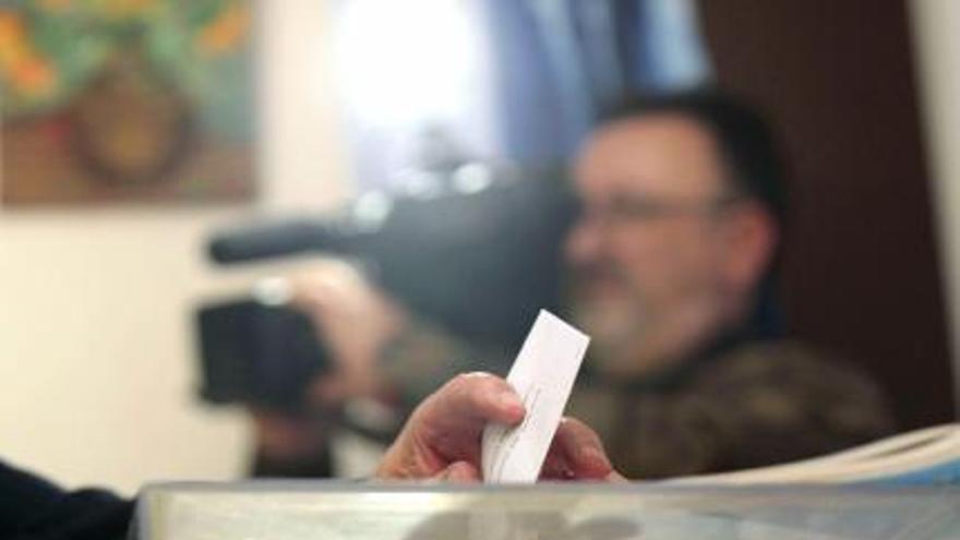 Galicia pierde 2.190 votantes pese a que se suman 5.539 jóvenes de 18 años y crece la emigración frente al 5A