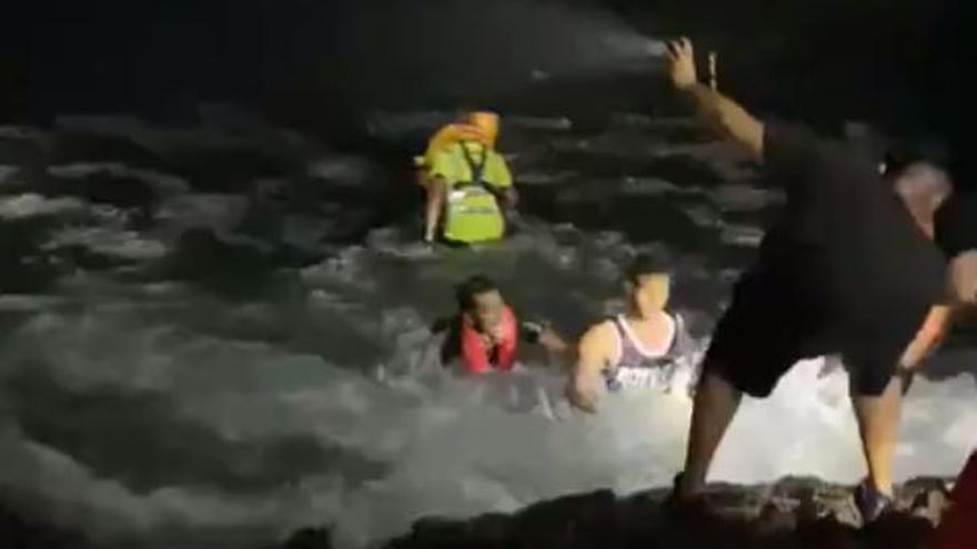Vídeo | Así rescatan a los inmigrantes de la patera que volcó a escasos metros de la costa en Lanzarote