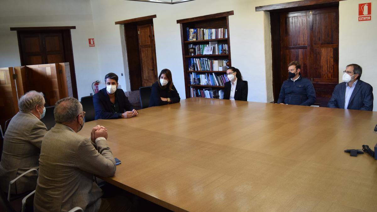 Recepción del alcalde a la nueva directiva del Orfeón La Paz.