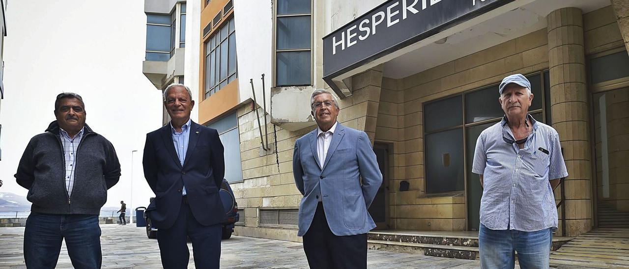 De izquierda a derecha, Félix Quesada, José Luis Cárdenes, Jorge Luis Carballo y Rafael Martín, delante de la sede del Hespérides.     ANDRÉS CRUZ