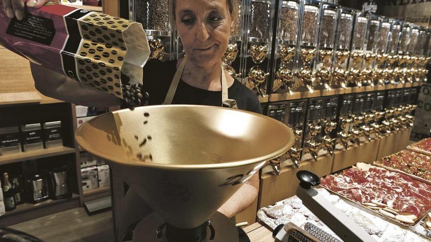 Traditionsrösterei Cafés Llofriu eröffnet Lokal im Mercat de l'Olivar