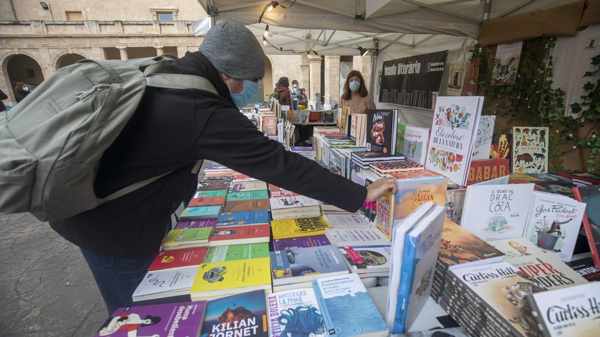 Un ciudadano busca libros en un expositor de la Setmana del Llibre en Català del año pasado.