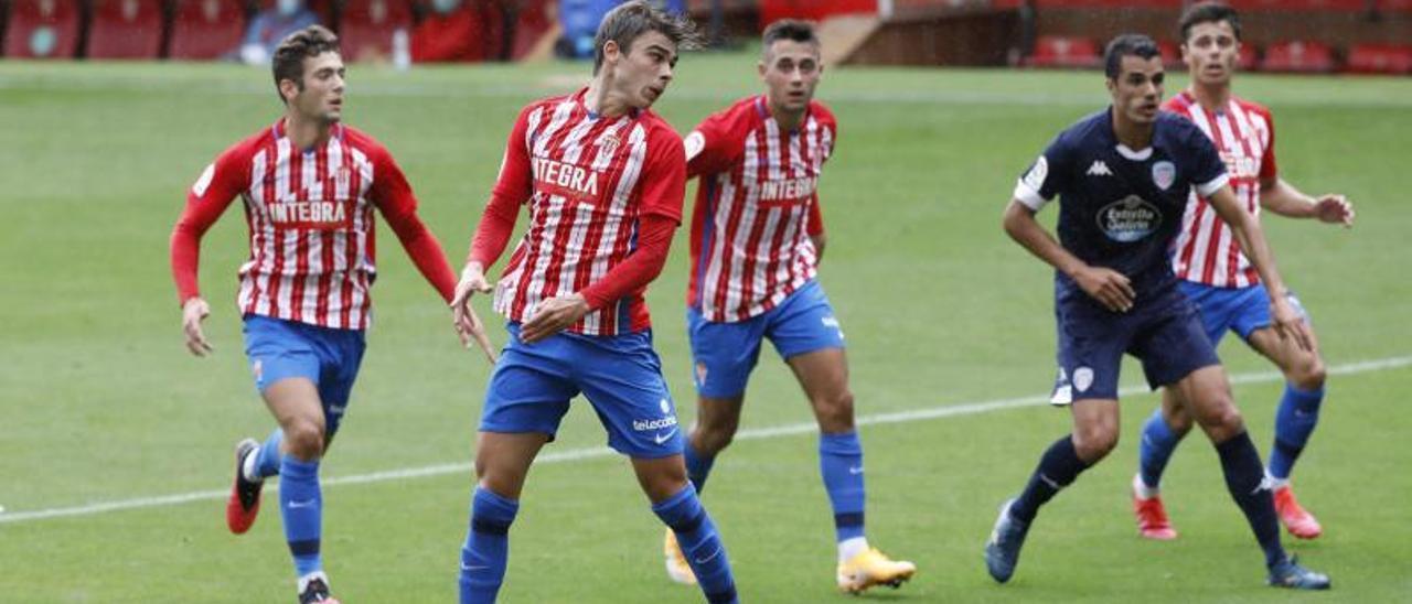 Pablo García, en primer término, cabecea el balón.   Ángel González