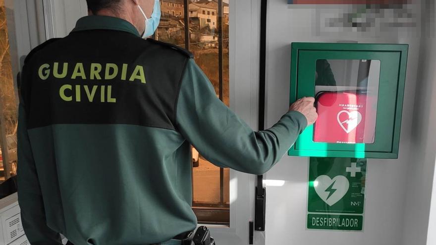 El Cuartel de la Guardia Civil de Puebla de Sanabria instala un desfibrilador