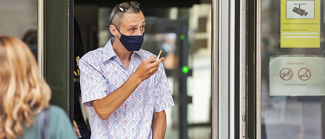 El acusado a la salida de la Audiencia de Alicante por otro juicio que tiene pendientes.