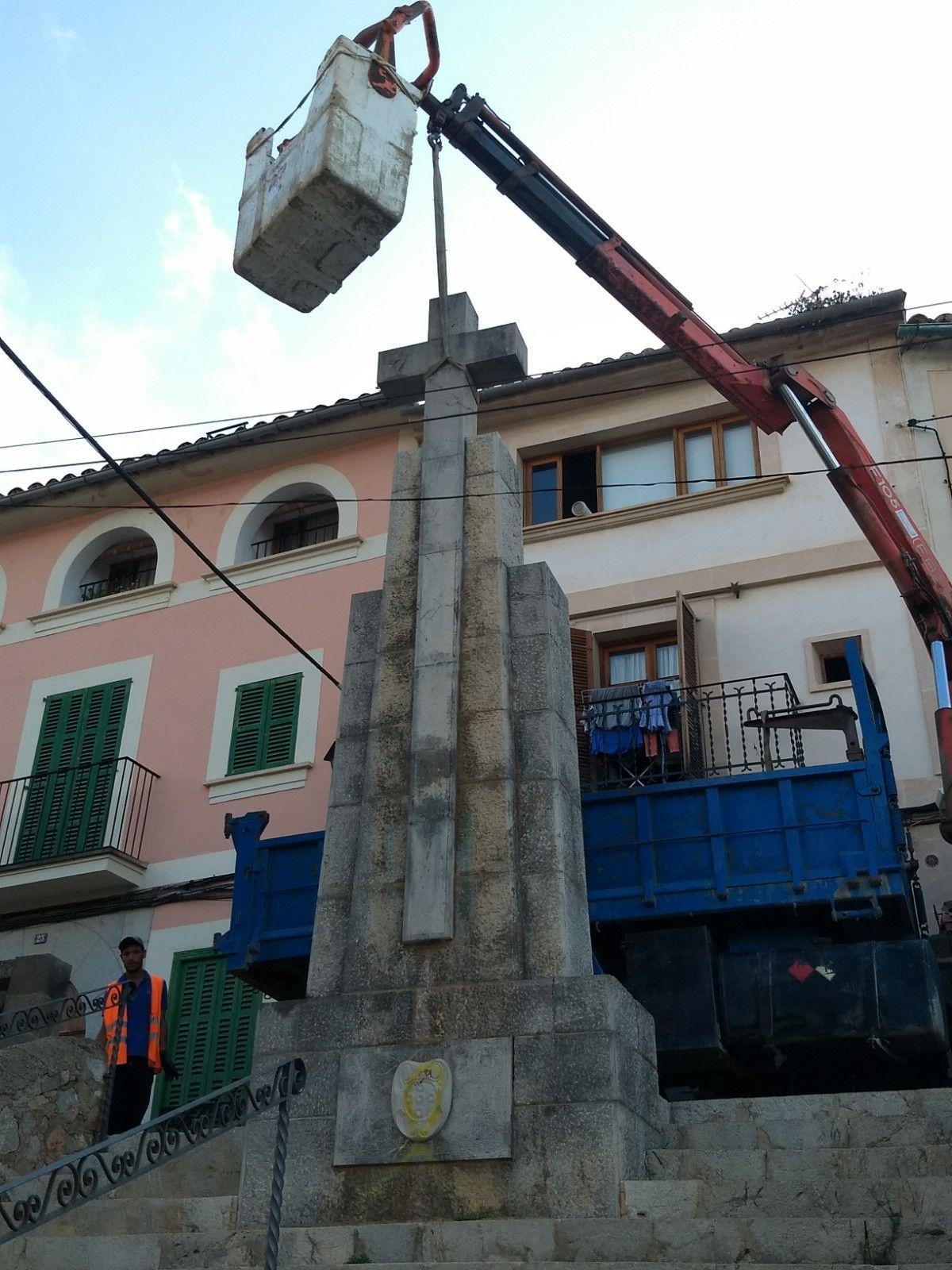 Bunyola retira la Cruz de los Caídos