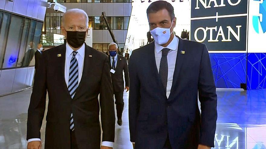 La reunió Sánchez-Biden es queda en un passeig de menys d'un minut