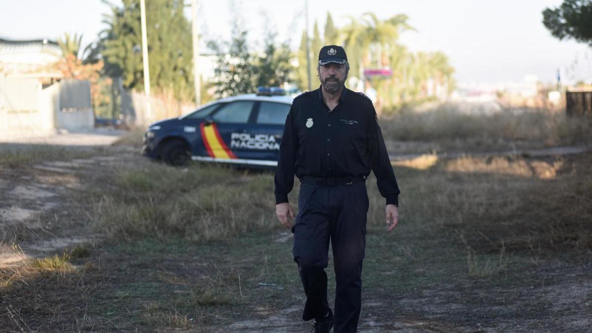 Victoriano Martínez Ortega, junto a un vehículo policial.