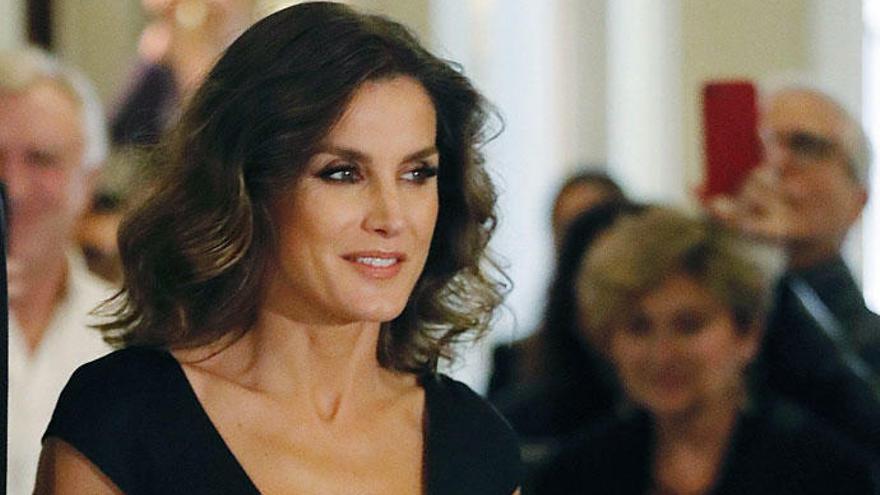 La Reina Letizia sorprende con un vestido de Carolina Herrera