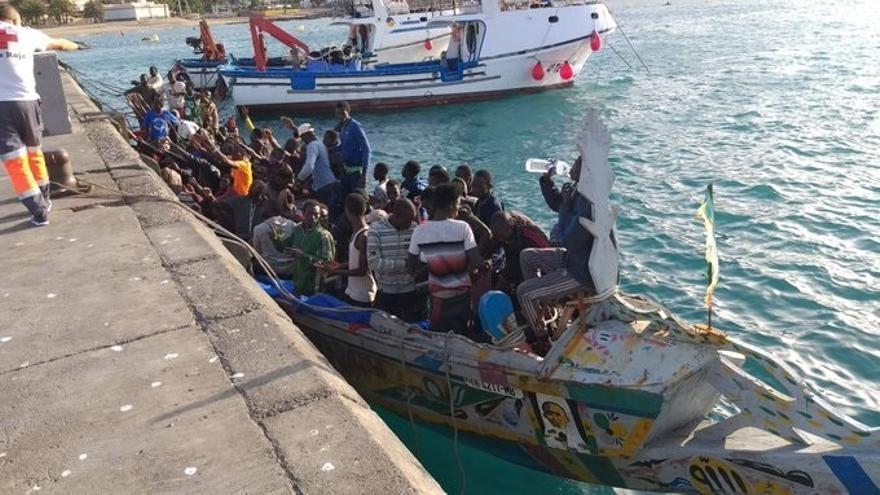 Llega un cayuco con 44 personas al muelle de Los Cristianos de Tenerife