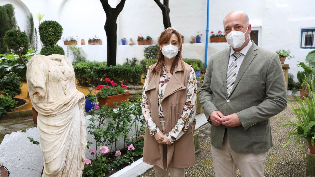 El presidente de la Diputación de Córdoba, Antonio Ruiz, y la vicepresidenta segunda y delegada de Hacienda y Gobierno Interior, Felisa Cañete, visitan el patio de la casa Romero de Torres.