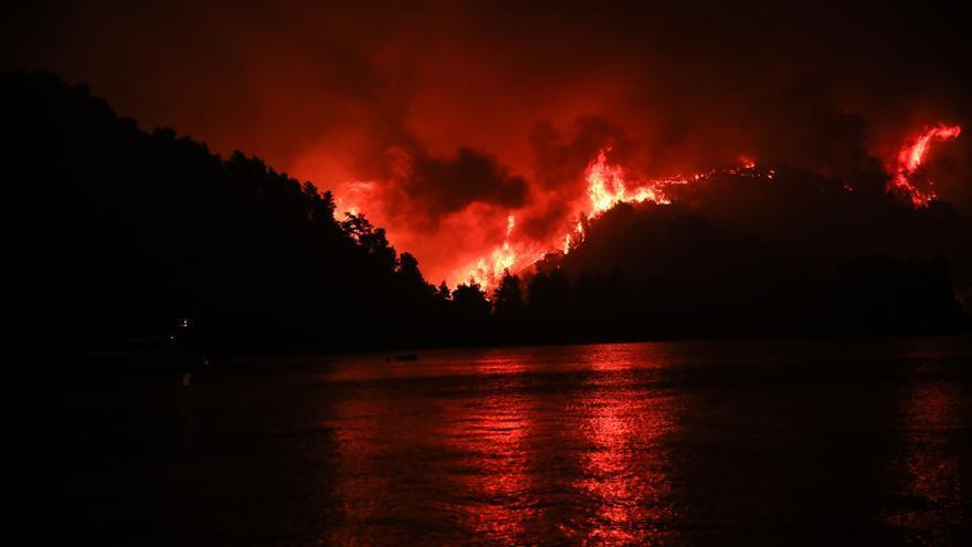 La UE envia nou mitjans aeris, un miler de bombers i i 200 vehicles per combatre els incendis a Grècia