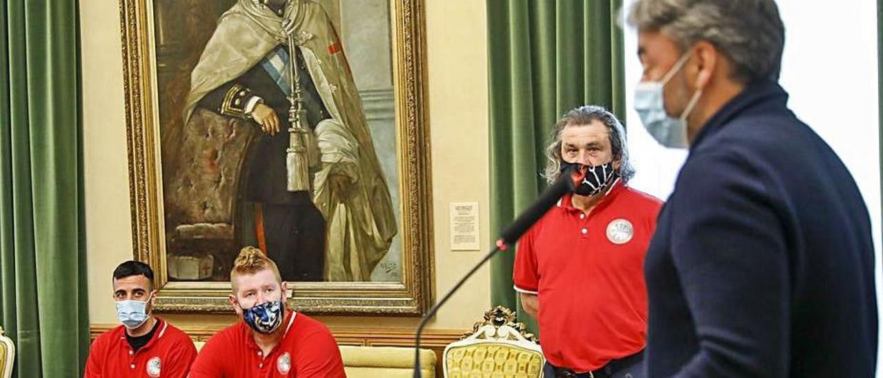 Alo Marín, Robert Swift y Nacho Galán escuchan la intervención del concejal  José Ramón Tuero. |