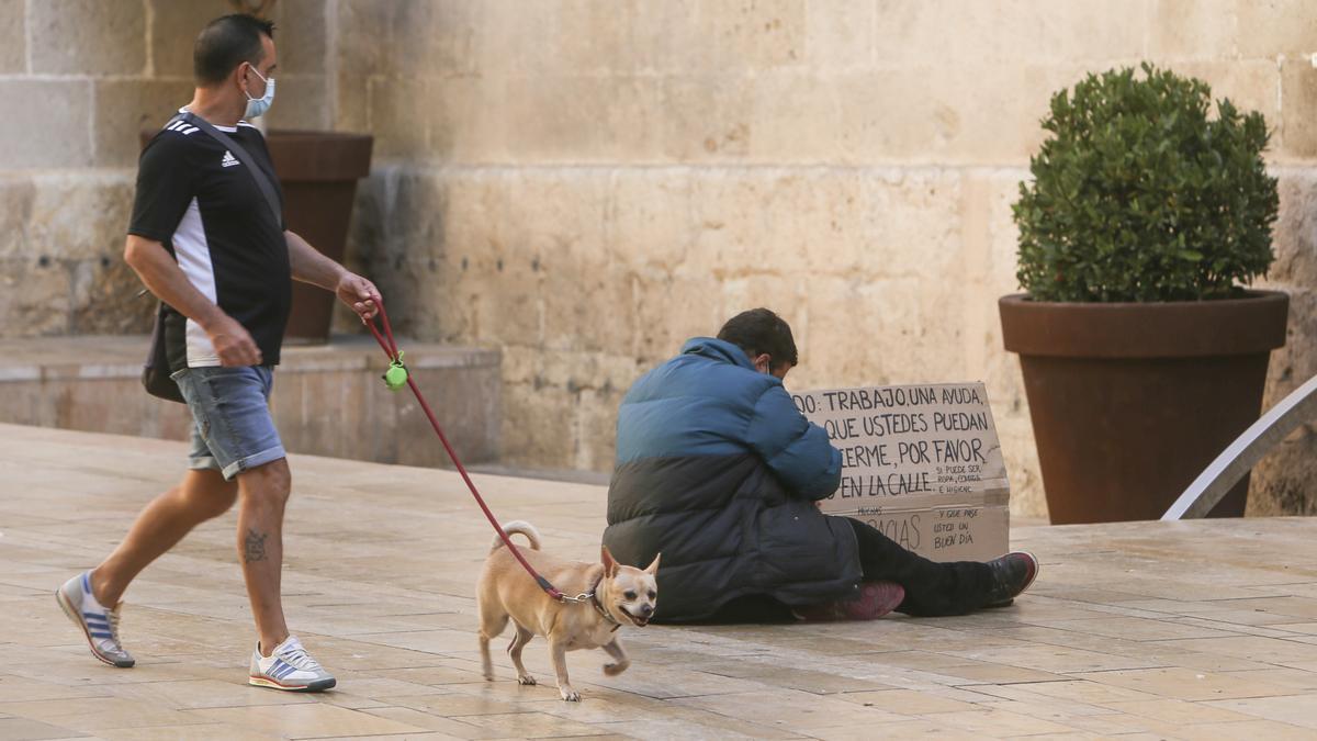 Un mendigo, en una calle de Alicante, hoy
