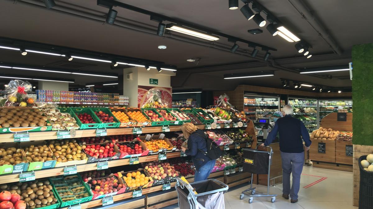 Clientes en un supermercado Gadis.