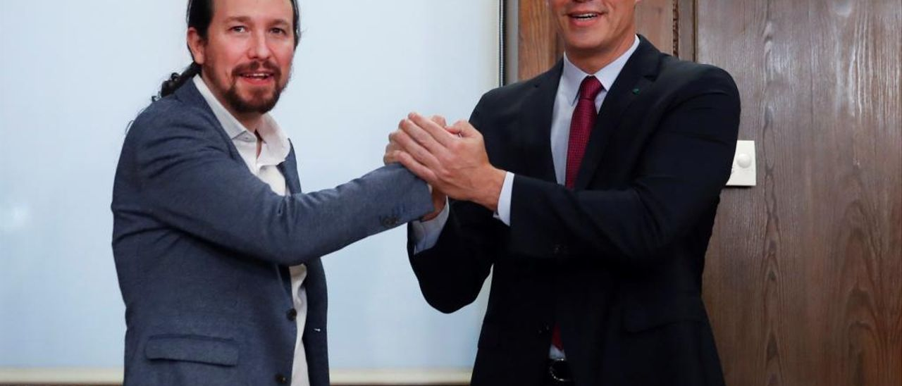Pablo Iglesias y Pedro Sánchez se saludan tras anunciar la líneas de su futuro Gobierno.