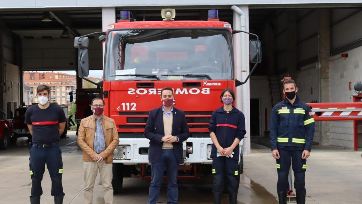 Luciano Huerga y Fernando Marcos, junto a los tres bomberos que se han incorporado