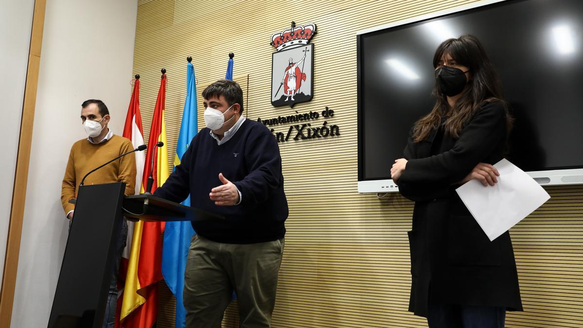 Por la izquierda, Rubén Pérez, Pelayo Barcia y Laura Tuero