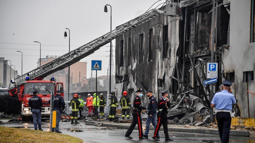 Mueren ocho personas al estrellarse un avión contra un edificio cerca de Milán