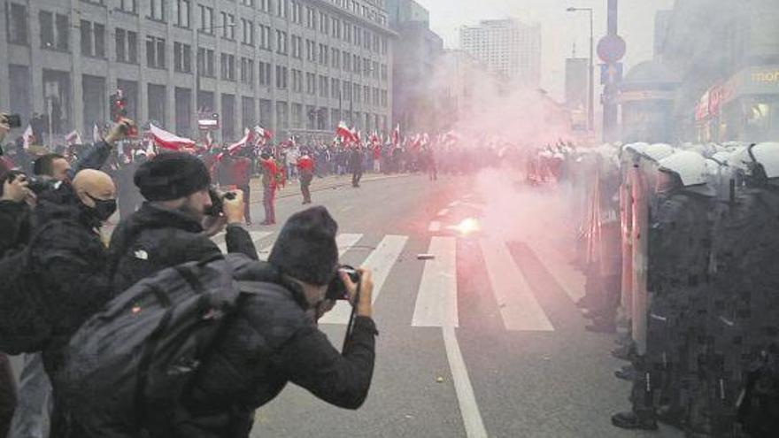Ultraderechistas chocan con la policía polaca en el Día de la Independencia