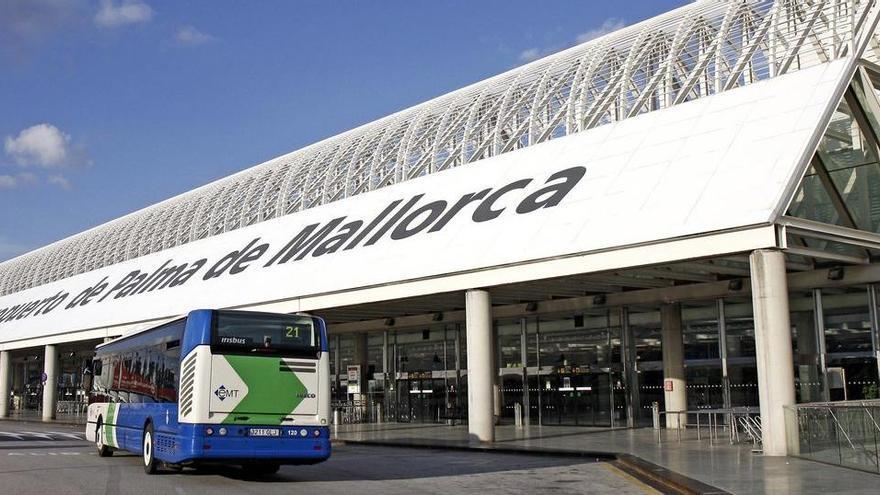 Detingut un passatger d'avió a Palma després d'arrencar un tros d'orella a un altre
