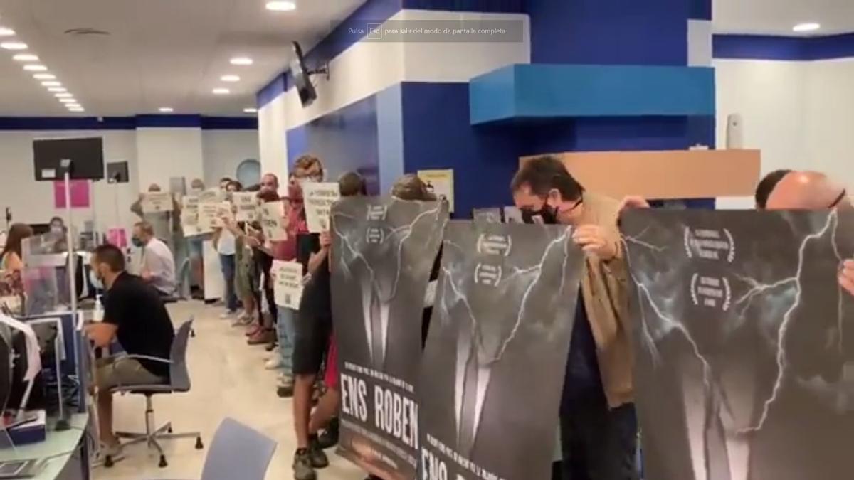 Els menifestants de la CUP dins de la seu d'Endesa.