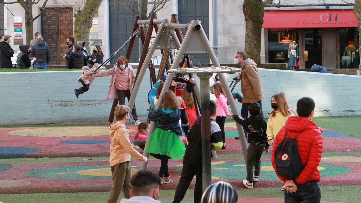 Niños juegan en un parque de Ourense