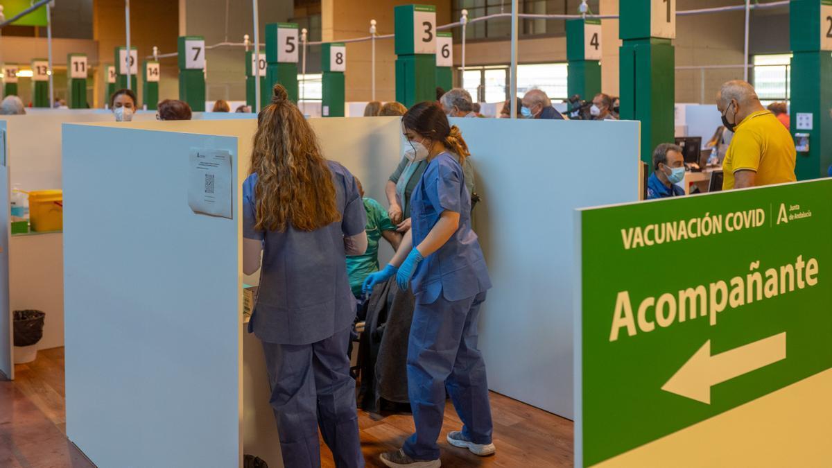 Una persona recibe la primera dosis de la vacuna contra el covid-19.