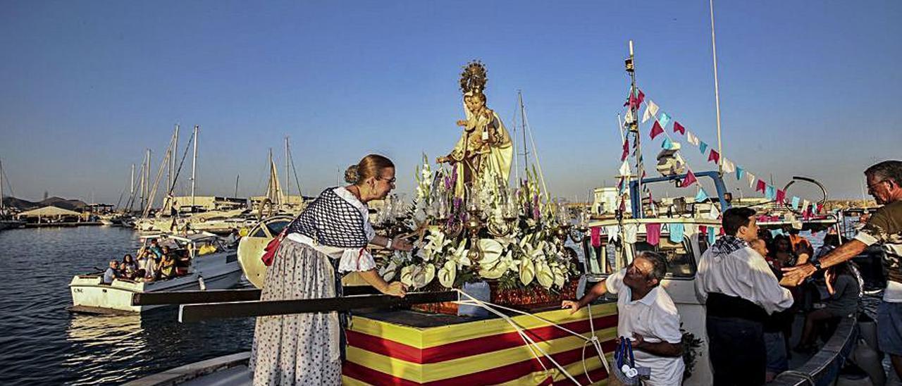La procesión marinera del Carmen en El Campello.   PILAR CORTÉS