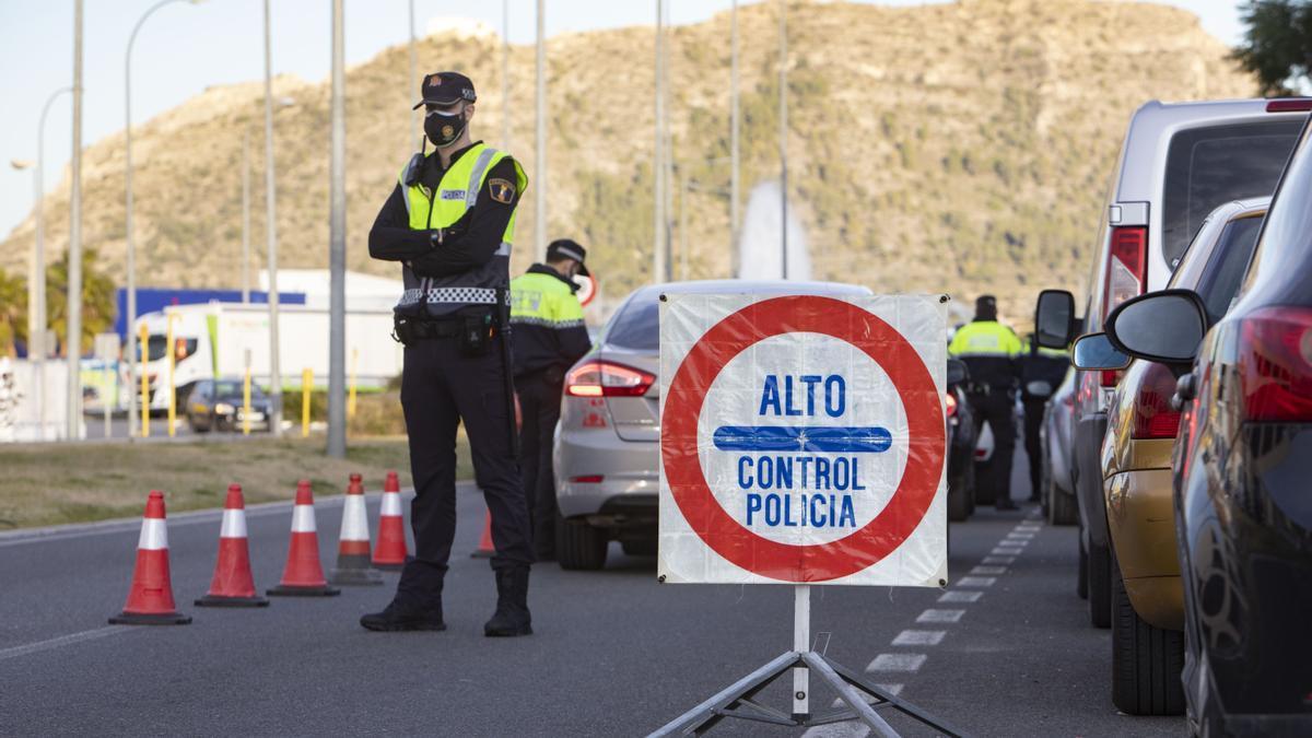 El coronavirus en la Comunitat Valenciana provoca controles de policía, sobre todo en los accesos a municipios con confinamiento perimetral.