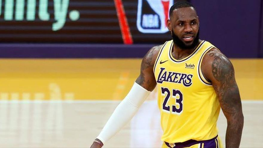 Un LeBron James gigantesco salva a los Lakers de la trampa de los Cavs