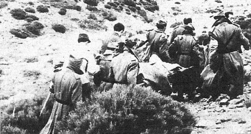 Camilleros trasladando los cuerpos de las víctimas del accidente
