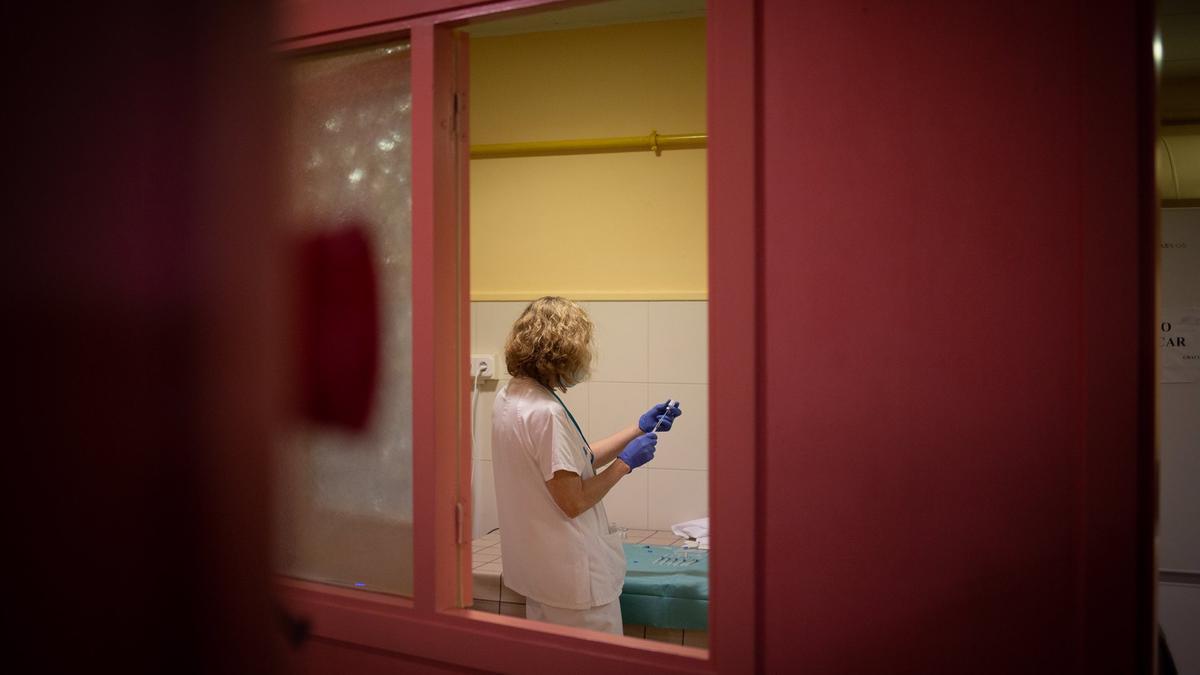 Una sanitaria prepara una vacuna contra el coronavirus.