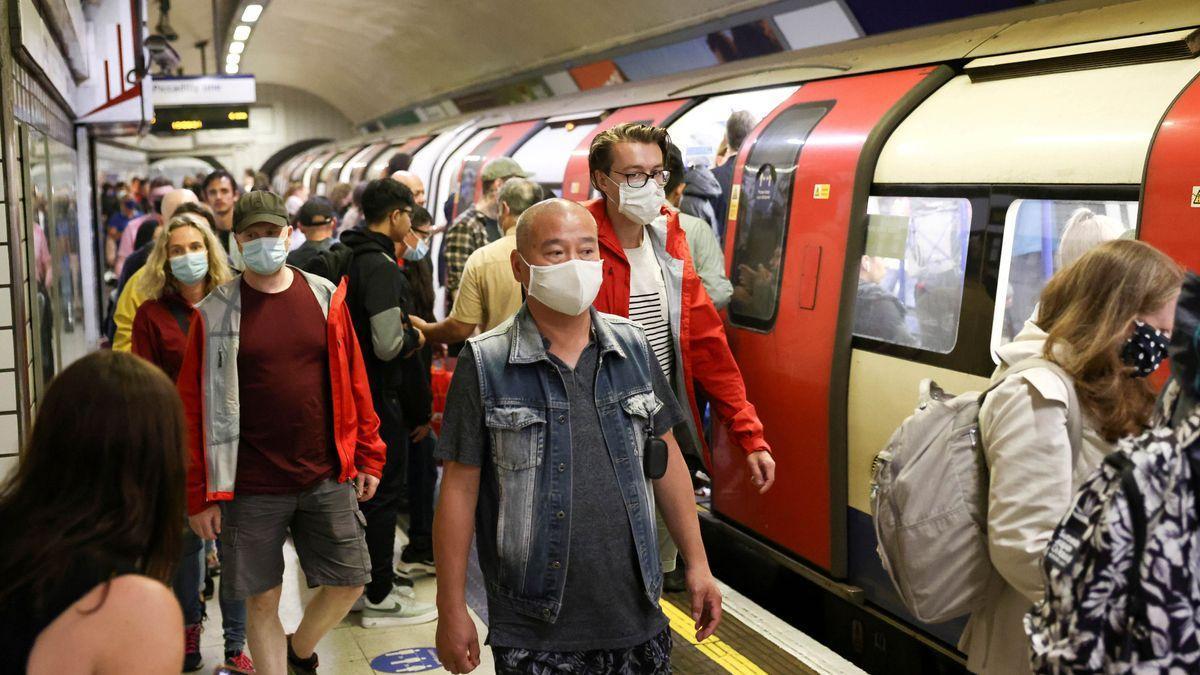 Ciudadanos protegidos por mascarillas en el metro de Londres.
