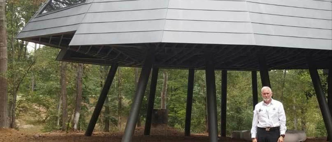 Macario Fernández, ante la casa del árbol de Atlanta, construida con cinc de Asla.