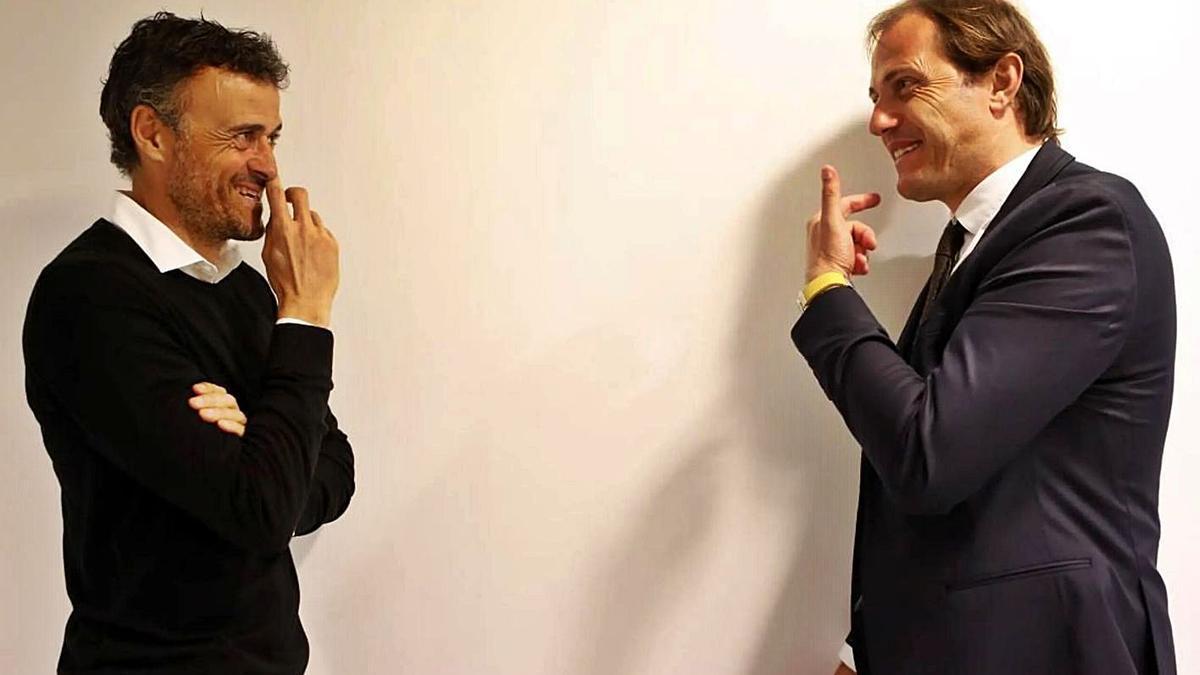 Arnau, a la dreta, parla amb Luis Enrique.  | EPC