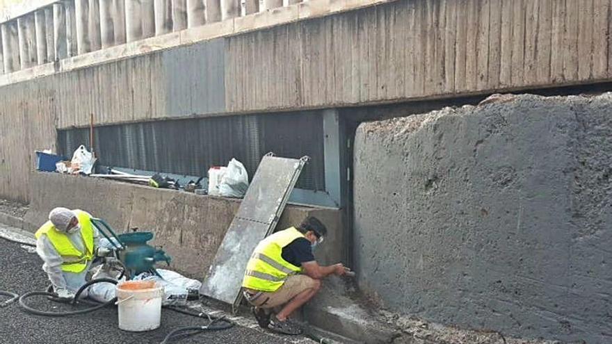 El vandalismo se ceba con la Lonja, los puentes, las estatuas y los monolitos