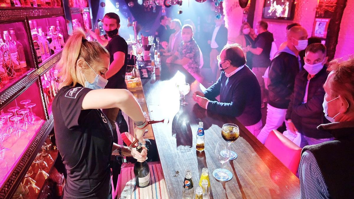 Un bar musicar durant l'assaig clínic per a l'obertura de l'oci nocturn, a Sitge