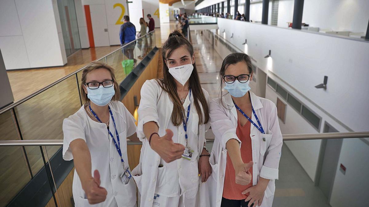 Las enfermeras Aurora Muñiz y Alicia Fernández y la administrativa Marta García (a la derecha), en la zona de vacunación de Docencia del Hospital Universitario Central de Asturias (HUCA).   LNE