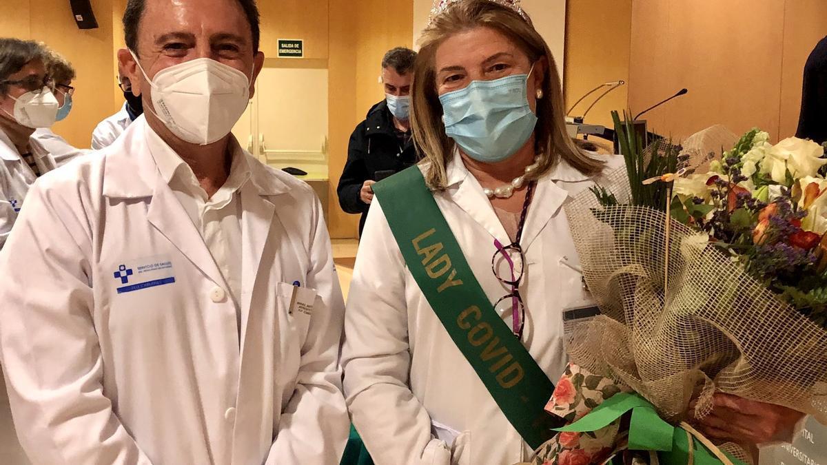 El gerente Manuel Bayona junto a la hasta ahora directora de Enfermería Teresa Cueva, recién jubilada