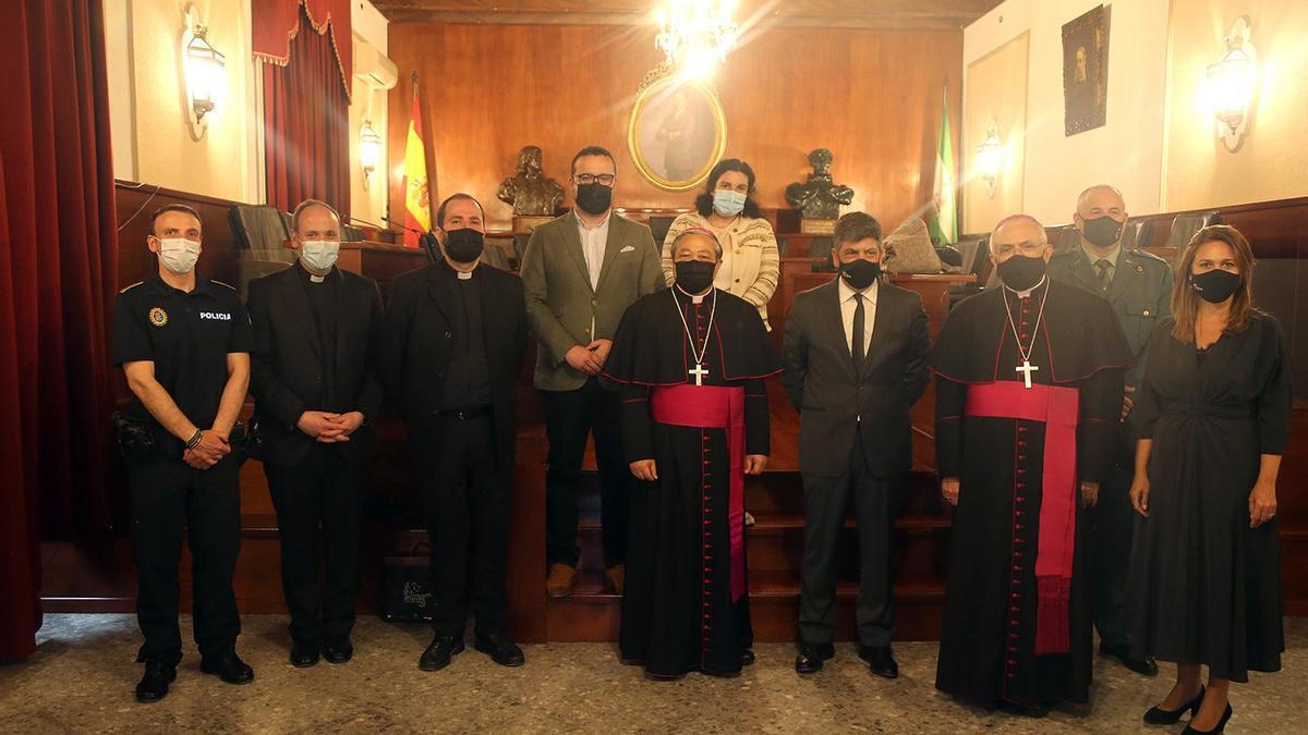 El nuncio papal, con el obispo y miembros de la Corporación municipal de Montilla en su visita al Ayuntamiento.