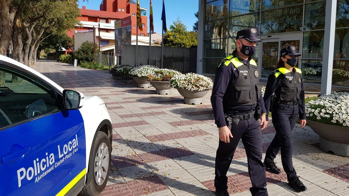 Una patrulla de la Policia Local de Platja d'Aro passa per davant la comissaria.