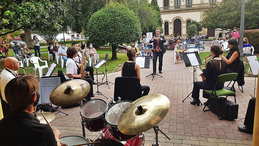 La Banda de Villaviciosa deja su toque en el parque Ballina
