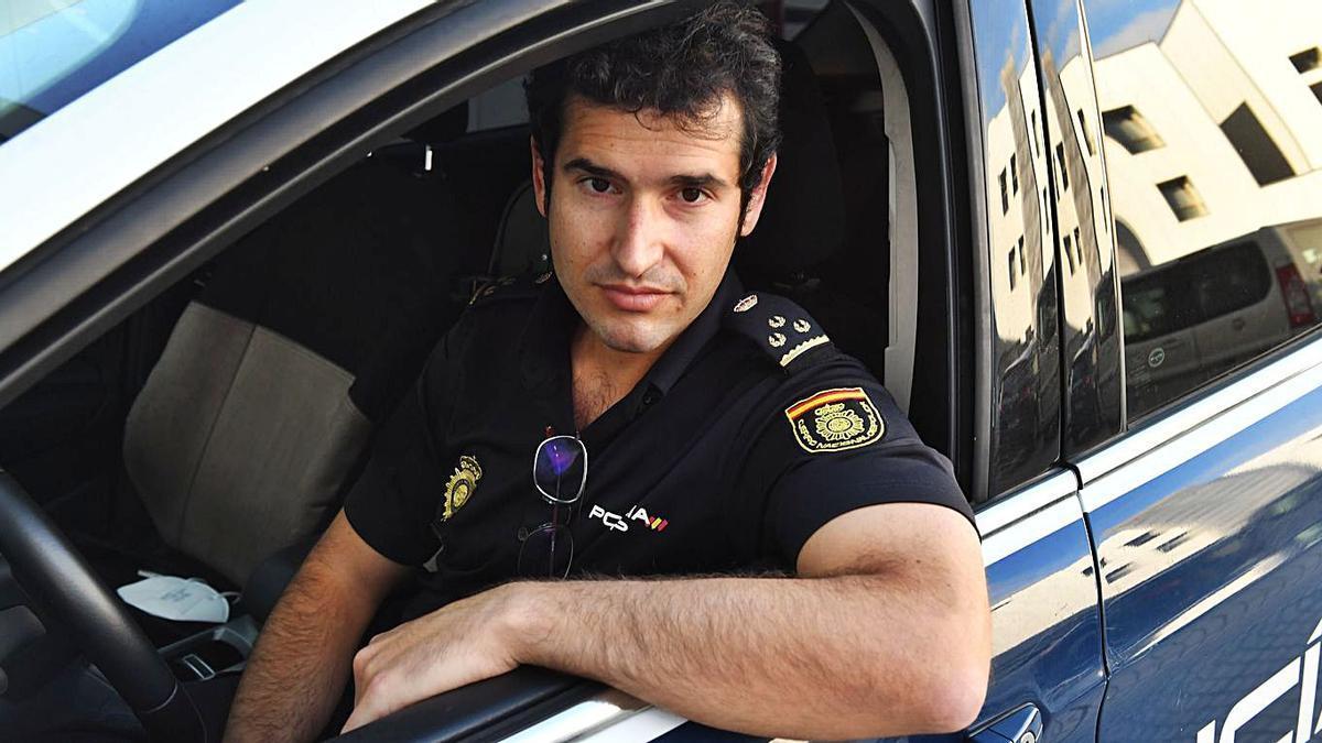 Alberto Arias, en uno de los coches de la Policía Nacional en Lonzas.     // VÍCTOR ECHAVE