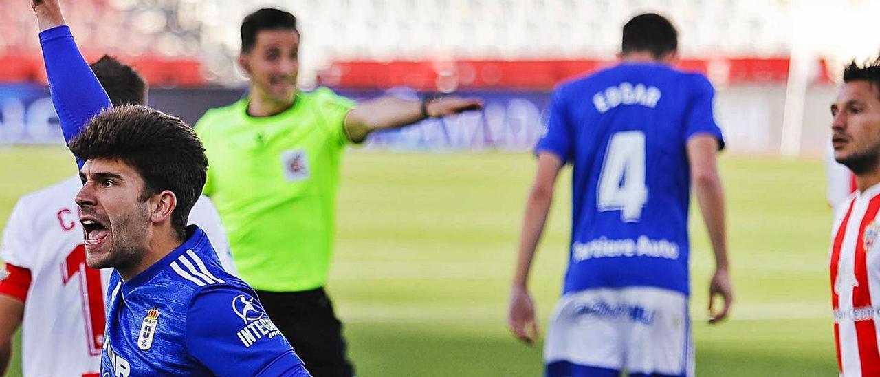 Jimmy  levanta la mano en Almería. En el detalle, Tejera. | LOF