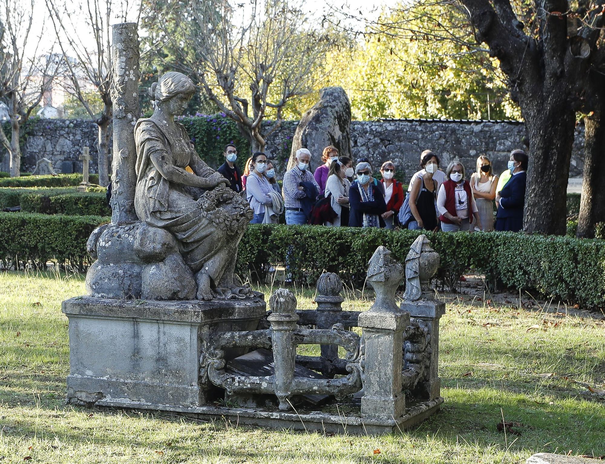 Los habitantes más ilustres del cementerio de Pereiró muestran sus 'aposentos'