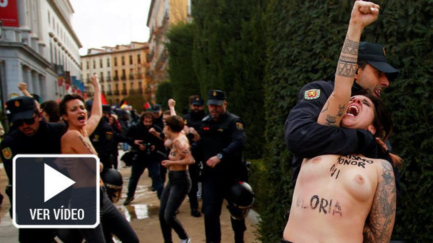 Activistas de Femen irrumpen en un acto de Falange en Madrid